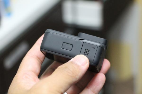 01881ce23b 本体の大部分がバッテリーだね。ソニー のアクションカメラはカメラ容積の5分の1ぐらいがバッテリーだった気がしますが、GoProは3分の1ぐらいに達している感じ。